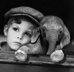 Ребенок и слоненок