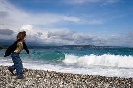 Мальчик на берегу океана